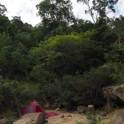 Un campamento hermoso en las orillas del río